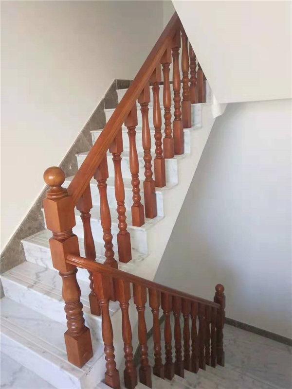 为了实木楼梯的持久装饰性,我们应该注意哪些问题?